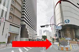 ①阪急東の出口を出て、信号をお渡りください。